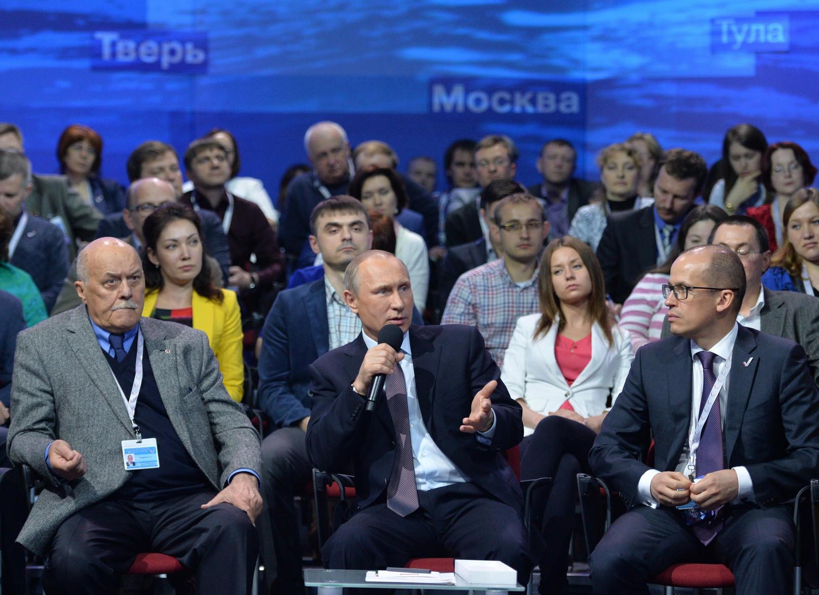 Александр Бречалов на Медиафоруме слушает Путина
